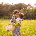 Sessió del Dia de la Mare entre flors grogues, amb la Chloe i la Blanca
